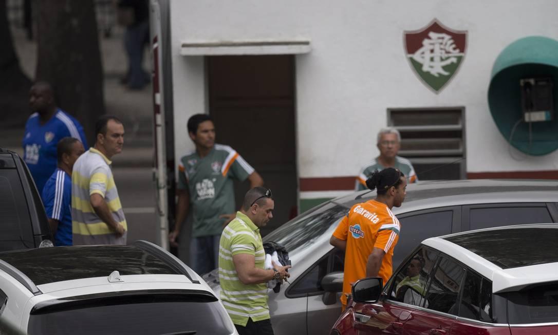 Ronaldinho chegou às Laranjeiras acompanhado por dois seguranças Alexandre Cassiano / Agência O Globo