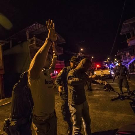 Policiais e soldados tentam manter ordem em Buenaventura para estimular desenvolvimento em meio ao crime Foto: MERIDITH KOHUT / NYT