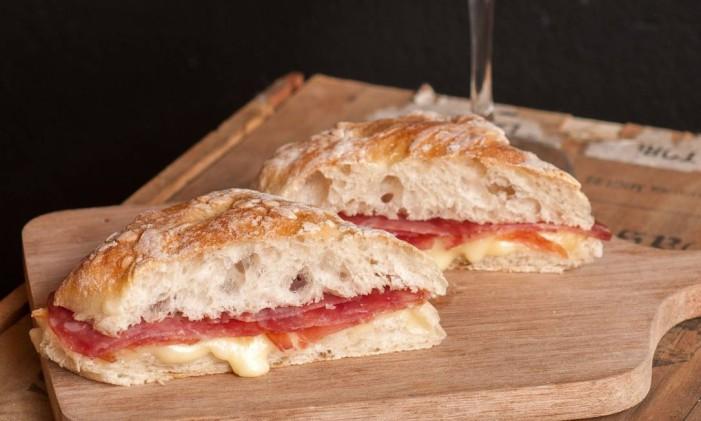 Sanduíche de queijo Canastra e salame italiano da Casa Carandaí Foto: Bella Cardim / Divulgação