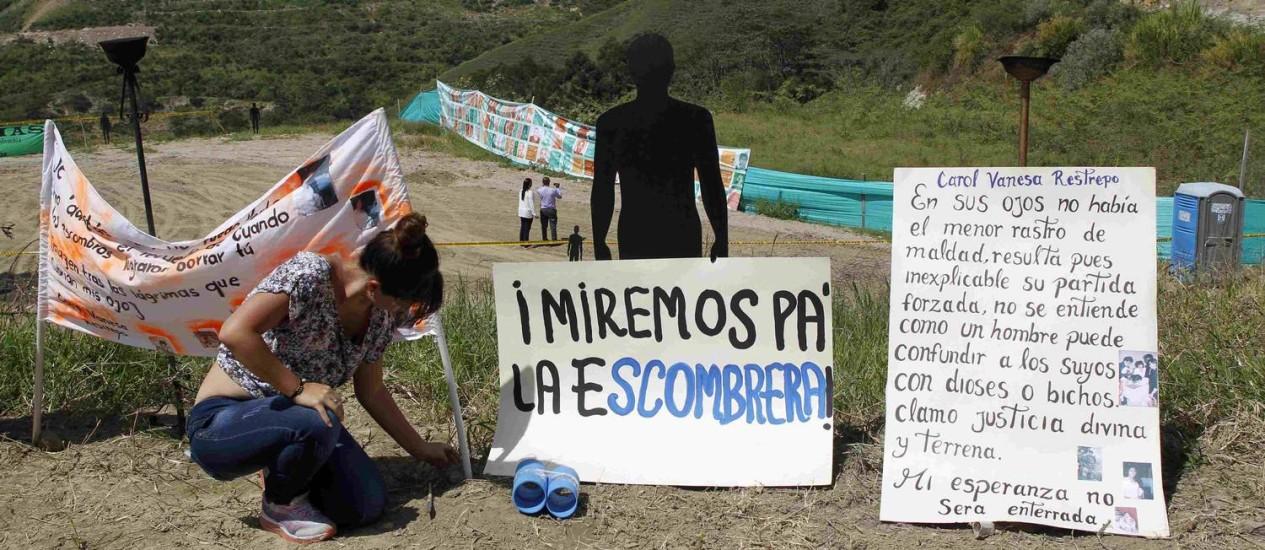 Diante da Comuna 13, familiares pedem lembrança de mortes em massa na região de Medellín Foto: FREDY BUILES / REUTERS