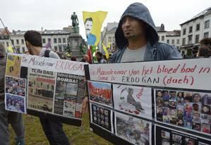 Um manifestante segura um cartaz dizendo