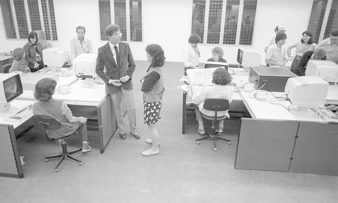 Modernização. O diretor de Redação, Evandro Carlos de Andrade (à direita): estreia dos computadores do GLOBO, em julho de 1985 Foto: Otávio Magalhães / Agência O Globo