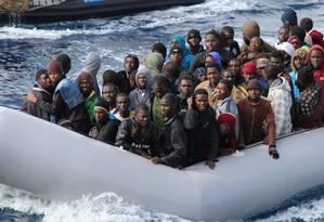 Imigrantes em barco de resgate italiano da Operação Triton Foto: Reuters