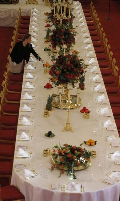 Só no ano passado, Elizabeth II e sua família receberam cerca de 62 mil visitantes de Estado, entre recepções, banquetes e audiências privadas. E agora, no verão europeu, é possível ter uma recepção semelhante por apenas 12 euros - claro que sem a presença de Elizabeth em pessoa Frank Augstein / AP