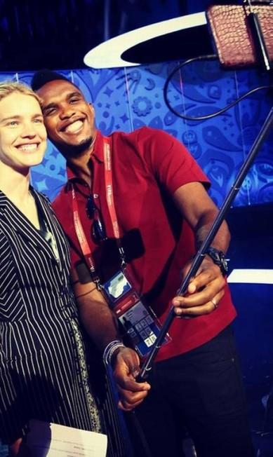 O jogador camaronês Samuel Eto´o usou um pau de selfie para tirar foto ao lado da modelo Reprodução/ Instagram