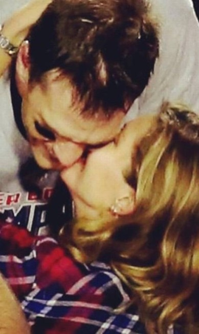 """379 mil curtidas: Gisele parabeniza o marido, o jogador do New England Patriots, Tom Brady, por vencer o Superbowl 2015, o campeonato nacional de futebol americano. """"Estamos muito orgulhosos de você papai! Parabéns!!!!"""" Instagram"""