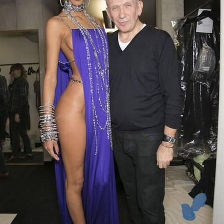 Laís Ribeiro com look fatal ao lado de Jean Paul Gaultier Foto: Reprodução/ Instagram