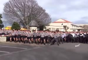 Meninos emocionam funeral com arte performática Foto: Reprodução/YouTube