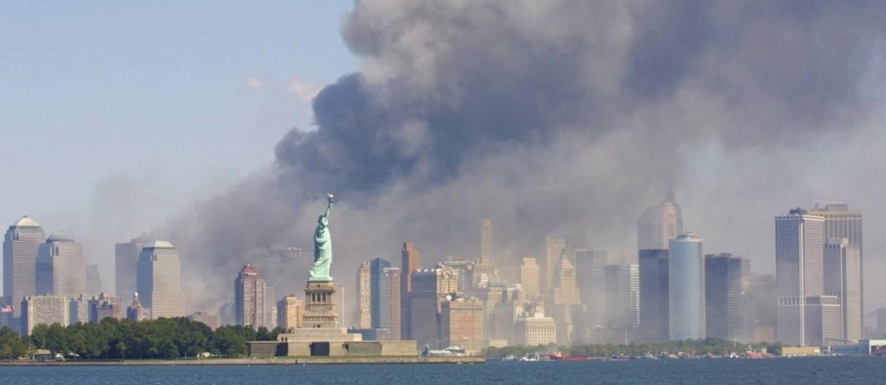 Terror. Na manhã de 11 de setembro de 2001, assistiu-se a um trailer do que parecia ser o fim do mundo Foto: AP/Stuart Ramson/11-09-2001 / AP/Marty Lederhandler/11-09-2001