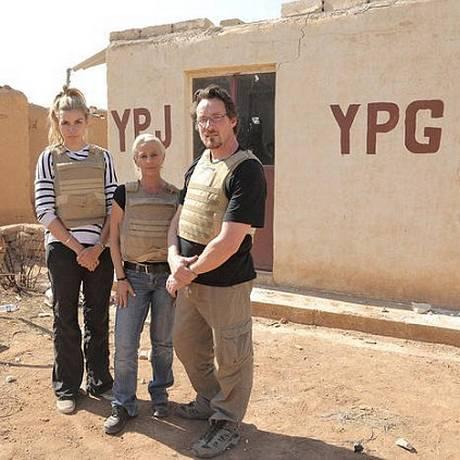 Participantes diante de posto de controle de milícia curda Foto: Reprodução
