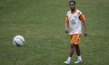 Ronaldinho Gaúcho observa a bola no treino nas Laranjeiras Foto: Alexandre Cassiano / Agência O Globo