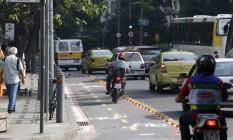 Motociclista invade ciclovia na Rua das Laranjeiras Foto: Domingos Peixoto / Agência O Globo