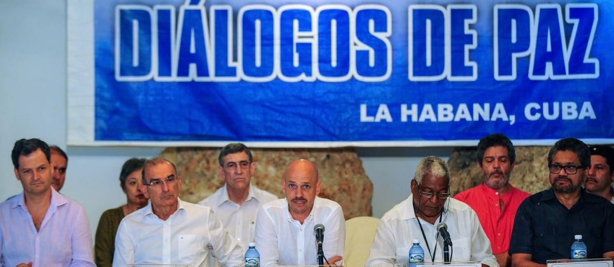 Enviado norueguês para a mediação, Dag Nylander fala ao lado de colegas de ambos os lados em Havana Foto: YAMIL LAGE / AFP