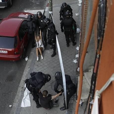 Polícia remove manifestante que tenta impedir despejo em Madri Foto: Andres Kudacki/AP
