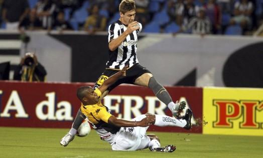 Luis Henrique tenta levar o Botafogo ao ataque Foto: Cezar Loureiro / Agência O Globo