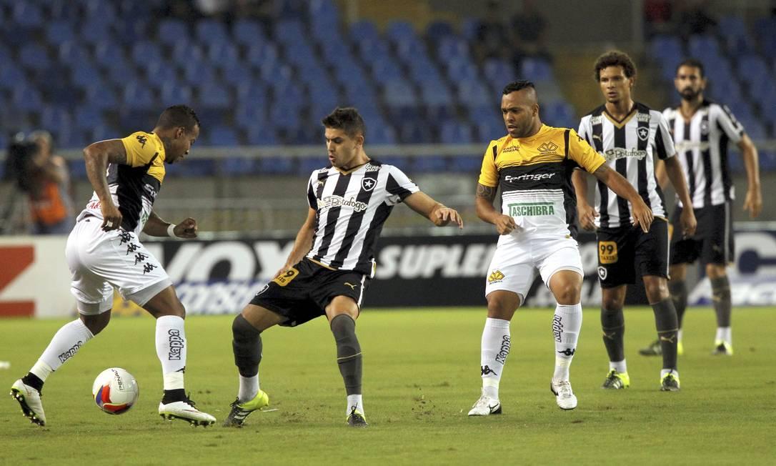 Criciúma e Botafogo disputam a bola no Nilton Santos Cezar Loureiro / Agência O Globo
