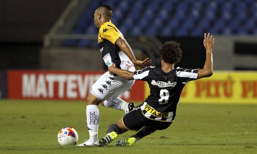 Willian Arão tenta recuperar a bola para o Botafogo Cezar Loureiro / Agência O Globo