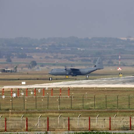 Aeronaves militares fazem manobras na báse de Incirlik, nos arredores da cidade de Adana, no sudeste da Turquia Foto: STR / AFP