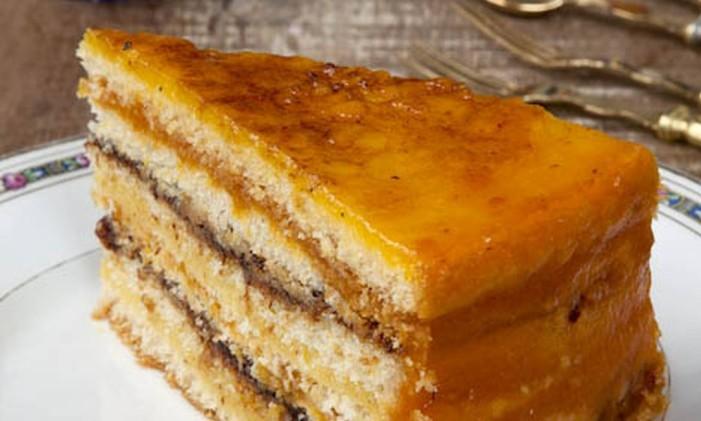 Na Cake & Co, bolo branco com recheios de ameixa, baba de moça e damasco e cobertura de açúcar caramelizado. Foto: Divulgação