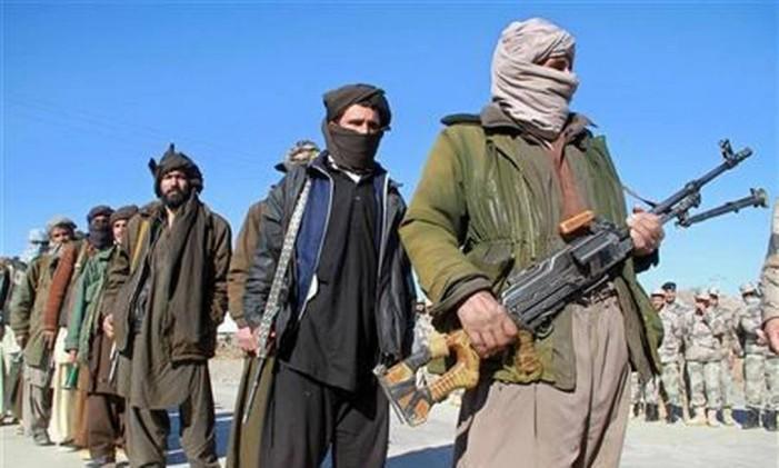 Militantes do Talibã afegão exibem suas armas Foto: REUTERS