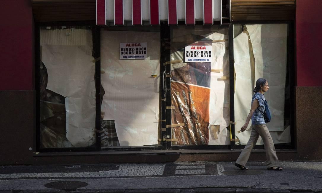 Loja fechada na Avenida Nossa Senhora de Copacabana Foto: Fernando Lemos / Agência O globo