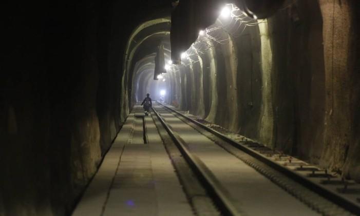 Trilhos instalados em um dos túneis do metrô Foto: Pablo Jacob / Agência O Globo