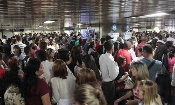 Grande movimentação de passageiros em estação no Centro Foto: Bruno Gonzalez / Agência O Globo