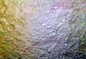 'Os arcos vermelhos saltaram quando vimos essas novas imagens', disse Paul Schenk, um dos cientistas da missão Foto: NASA