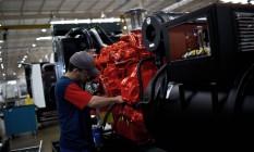 Indústria: trabalhador em linha de montagem de geradores Foto: Dado Galdieri / Bloomberg News/29-4-2015