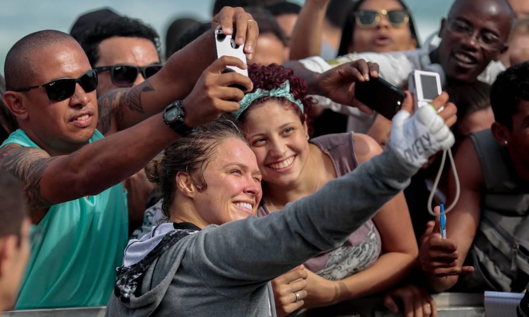 Após o treino aberto, Ronda ficou quase 1h tirando fotos com o público e teve seu nome gritado pelos fãs brasileiros. A americana defende o cinturão do peso galo contra Bethe Correia no UFC 190, sábado, na Arena da Barra Pedro Kirilos / Agência O Globo