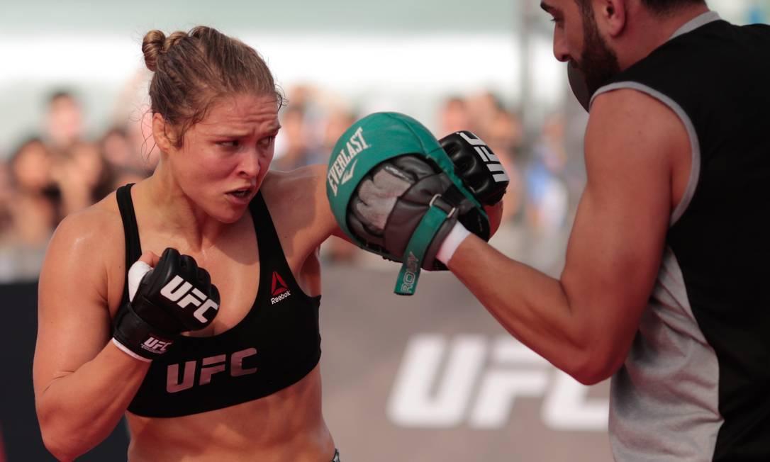 Desde que a luta foi anunciada, Ronda vem acumulando desentendimentos com Bethe Correia. No último deles, a americana chorou após Bethe pedir que ela 'não se matasse' depois da luta - o pai de Ronda cometeu suicídio quando ela era criança Pedro Kirilos / Agência O Globo