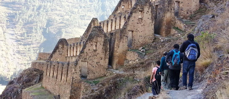 Trilha com destino a Pinkuylluna, sítio arqueológico no Vale de Lares, no Peru Foto: Tiago Dantas / O Globo
