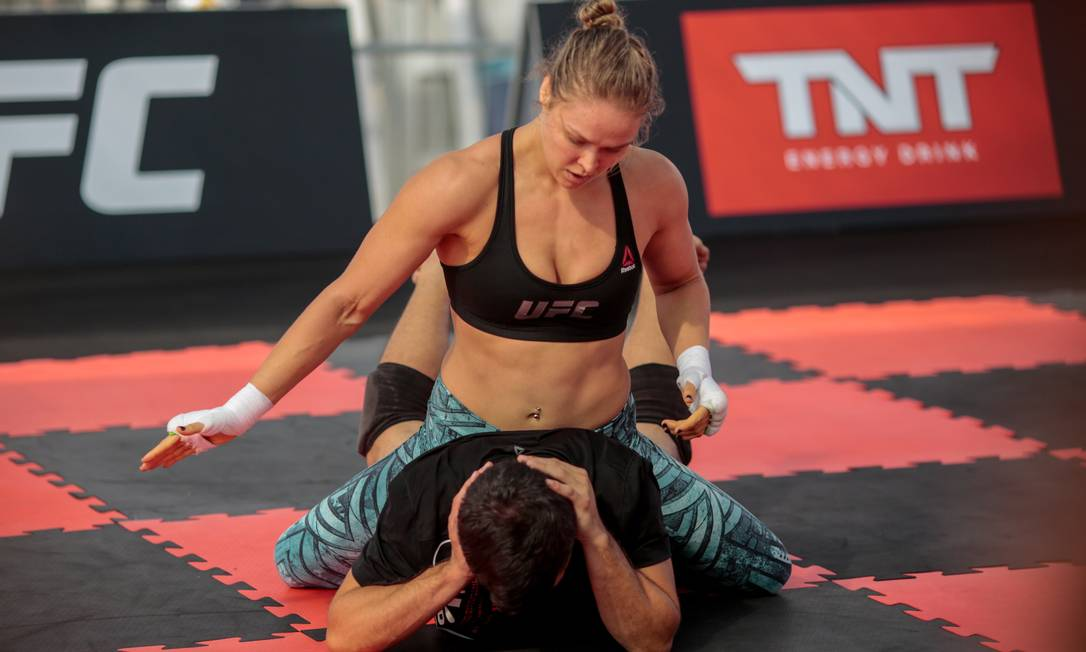 Durante o treino, Ronda mostrou algumas de suas técnicas no solo Agência O Globo