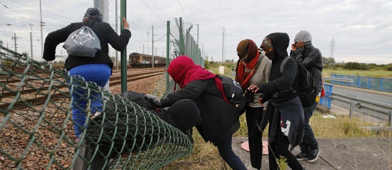 Migrantes tentam se assentar no Reino Unido Foto: PASCAL ROSSIGNOL / REUTERS