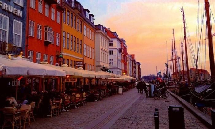 Rua próxima ao canal de Nyhavn, em Copenhague, Dinamarca Foto: @takeofabio / Instagram
