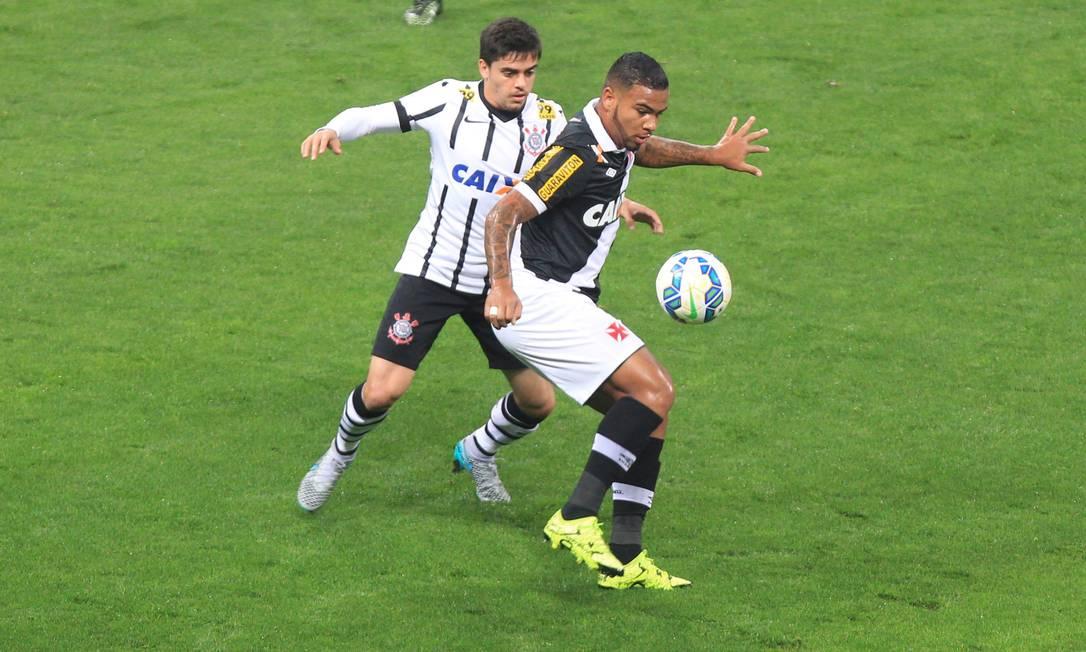 Marcado por Fágner, Jhon Cley domina a bola Marcos Alves / Agência O Globo