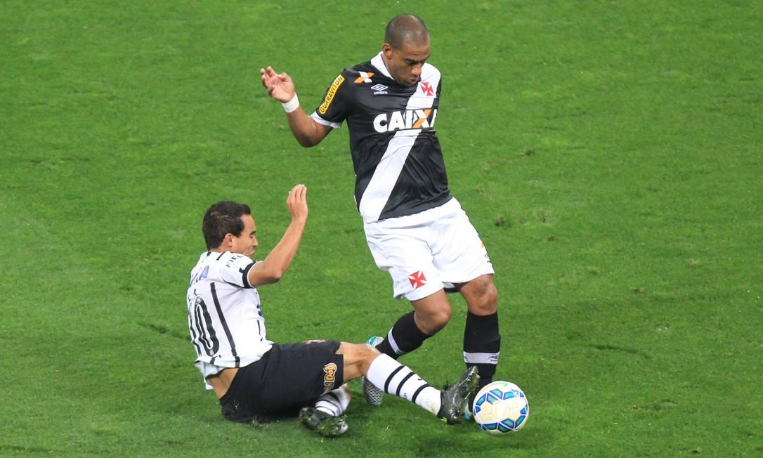 Zagueiro Rodrigo domina a bola, marcado por Jadson Marcos Alves / Agência O Globo