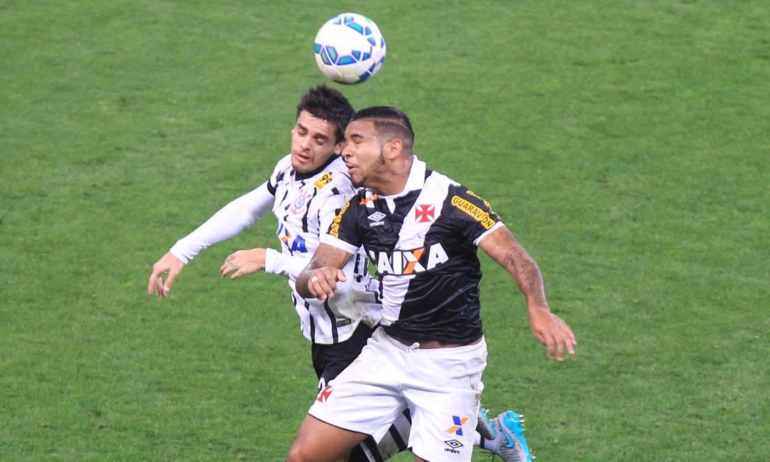 Neste outro lance, Jhon Cley e Fagner disputam a bola no alto Marcos Alves / Agência O Globo
