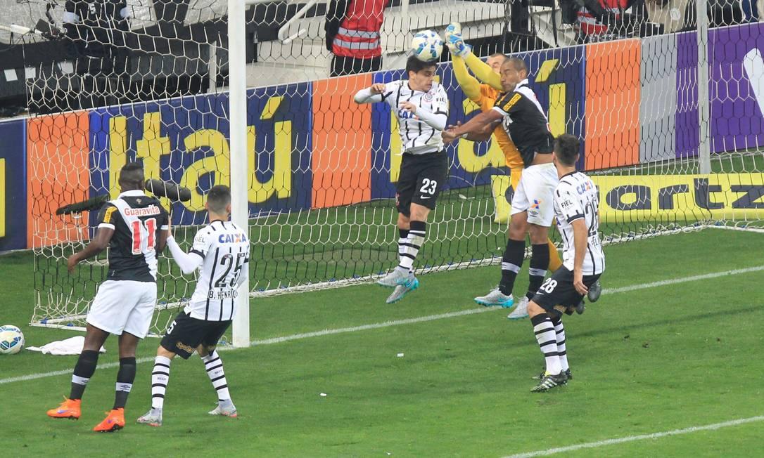 Goleiro Walter disputa a bola com Fagner e Rodrigo Marcos Alves / Agência O Globo