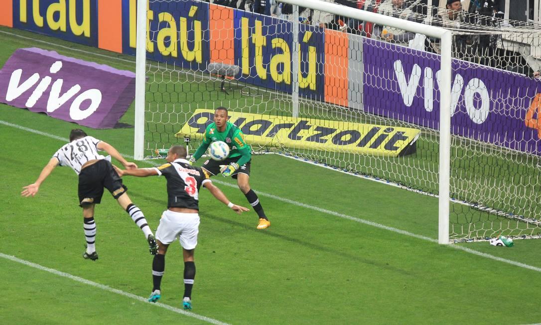 Jordi observa Rodrigo disputar a bola com Felipe Marcos Alves / Agência O Globo