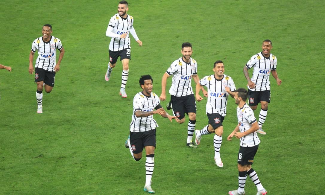 Gil comemora o segundo gol do Corinthians Marcos Alves / Agência O Globo