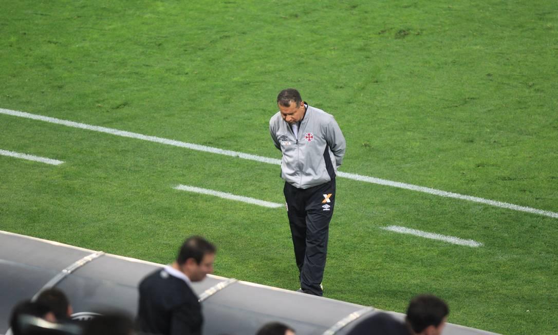 A desolação do técnico Celso Roth com nova derrota Marcos Alves / Agência O Globo