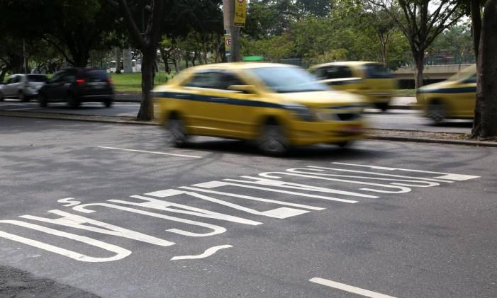 Excesso de velocidade de táxi na Praia do Flamengo Foto: Custódio Coimbra / Agência O Globo