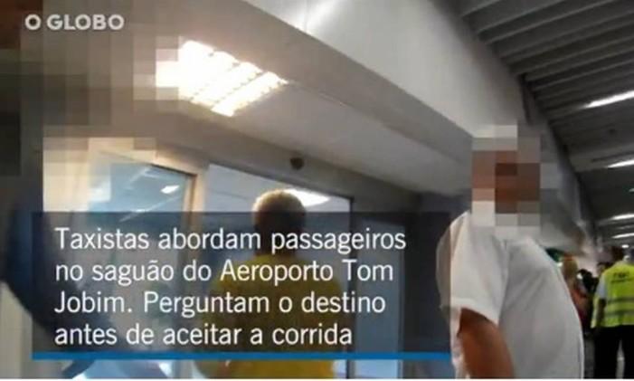 Taxistas escolhem corridas no Aeroporto Tom Jobim Foto: O Globo