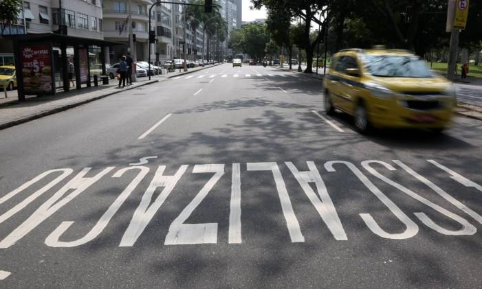 Taxista segue pela Praia do Flamengo, na Zona Sul do Rio Foto: Custódio Coimbra / Agência O Globo