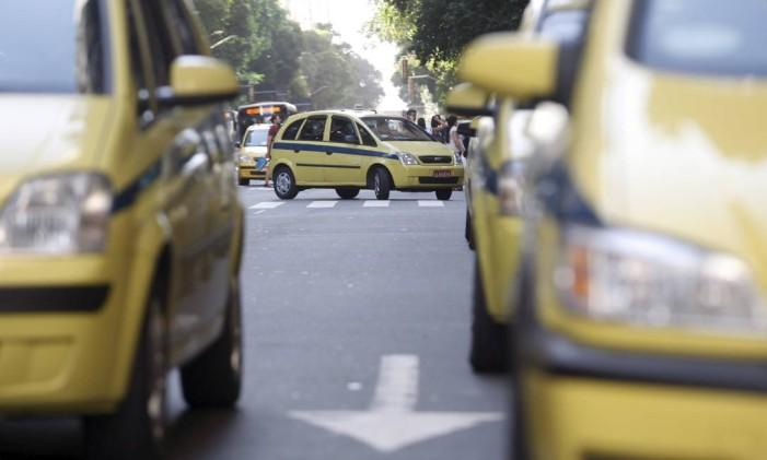 Táxis no Centro do Rio Foto: Gustavo Stephan / Agência O Globo