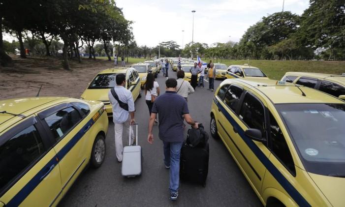 Passageiros deixam o Santos Dumont e caminham pelo Aterro durante manifestação de taxistas contra o Uber, na última semana Foto: Pablo Jacob / Agência O Globo