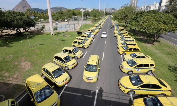Greve dos taxistas no Aterro do Flamengo, na Zona Sul do Rio Foto: Guilherme Pinto / Agência O Globo