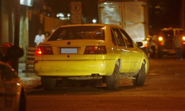 Taxi pirata andando pela cidade Foto: Letícia Pontual / Agência O Globo