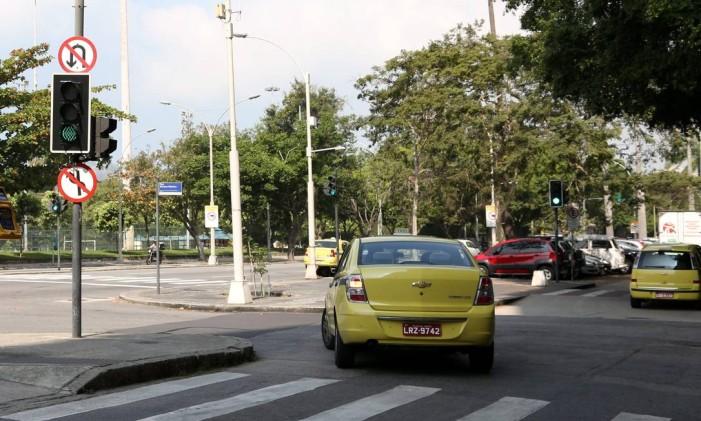 Infrações no dia a dia cometidas pelos taxistas Foto: Custódio Coimbra / Agência O Globo